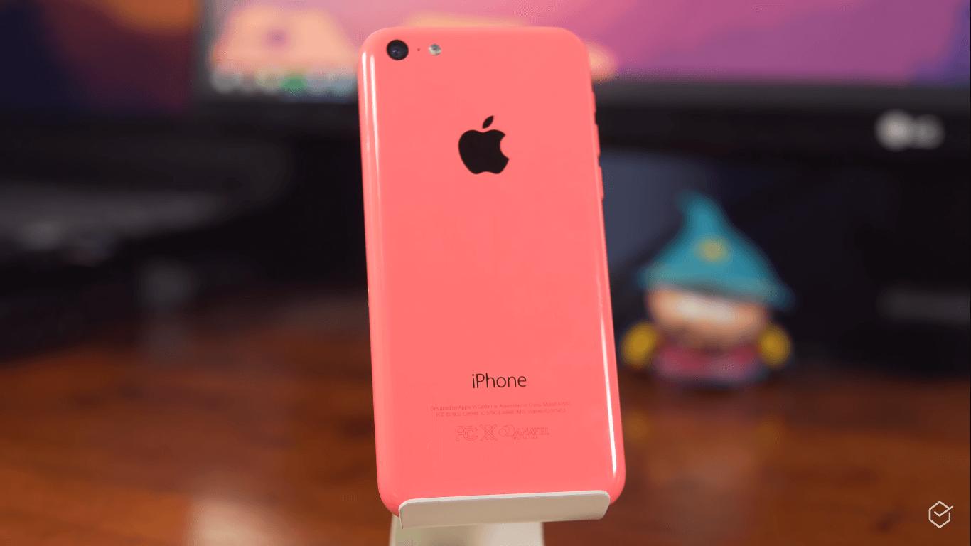 d6b85bb0b O iPhone 5C foi o primeiro modelo barato e colorido lançado pela Apple em,  pasmem, 2013! Essa belezinha rosa aqui dificilmente é encontrada nova por  aí, ...
